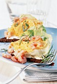 Pumpernickel with scrambled egg and shrimps