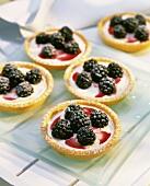 Tartlet with lemon cream and blackberries