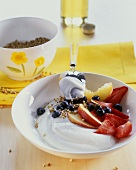 Muesli with yoghurt, peach and berries