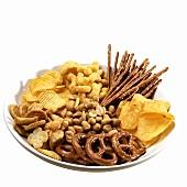Teller mit verschiedenen salzigen Snacks & Knabberzeug
