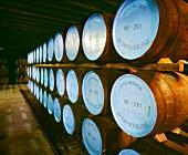 Fässer der Strathisla Whisky Distillery, Banffshire, Schottland