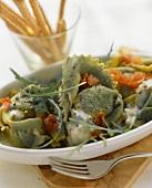 Tortelloni verdi (Green tortelloni with cheese sauce)