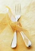 Messer & Gabel dekorativ mit Schleifenband umwickelt