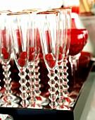 Tablett mit Sektflöten (darin Himbeeren) und Gläsern