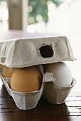 weiße und braune Eier in Schachtel