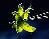 Schonend gegarte Zuckerschoten mit Essstäbchen