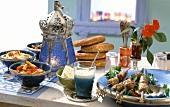 Türkisches Buffet mit Lammhackspiessen, Salat, Joghurt etc.
