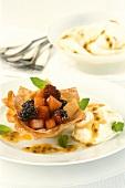 Filloteig mit Apfel-Beeren-Füllung, Sahne und Maracujasauce
