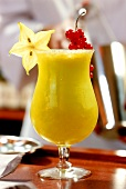 Mango-Wodka-Drink im Cocktailglas
