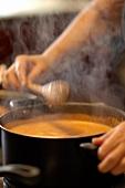 Zubereiten einer Camarao na Moranga (Kürbissuppe mit Shrimps)