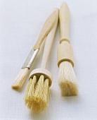 Drei verschiedene Backpinsel, Grillpinsel