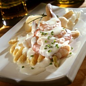 White asparagus with shrimps and white sauce