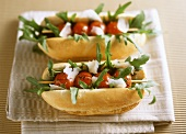 Sandwich with grilled tomato kebab, rocket and Parmesan