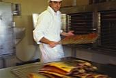 Frisch geräucherter irischer Wildlachs wird aus Ofen genommen
