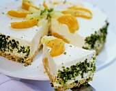 Cheesecake with peaches and pistachio edge
