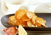 Garlic potato crisps