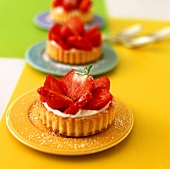 Strawberry tartlets with cream quark