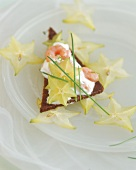 Pumpernickel with quark, shrimps and carambola