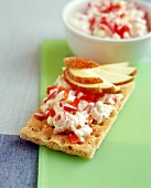 Crispbread with colourful Camembert and apple slices