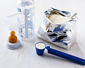 Babynahrung zubereiten: Pulver mit Messlöffel abmessen