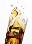 Cola spritzt aus dem Glas