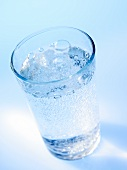 Ein Glas sprudelndes Wasser