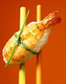Nigiri-Sushi mit Garnele und Ketakaviar