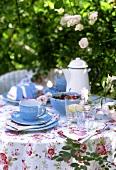 Tisch im Freien zum Kaffee und Dessert gedeckt