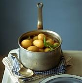 Kartoffeln mit Schale in einer Kasserolle