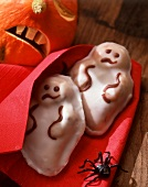 Chocolate ghost cakes (sponge cake with glacé icing)
