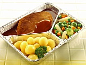Ready-meal: roast pork with vegetables in aluminium dish