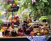 Stillleben mit verschieden eingemachtem Obst in Gläsern
