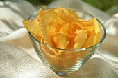 Potato crisps in a glass bowl