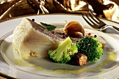 Cod fillet with broccoli and nutmeg, olive oil