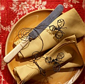 Country house table decoration: wire napkin rings