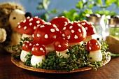 'Fliegenpilze' aus gekochten Eiern und Tomaten auf Kressebett