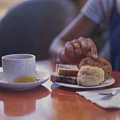 Teestunde mit Scone, zwei Scheiben Marmorkuchen & Cookie