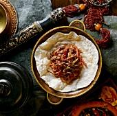 Rindfleisch mit Rübe auf einem Fladenbrot (Tibet)