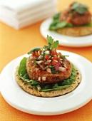 Mexican-Burger (Fladen mit Bratling & Zwiebel-Tomaten-Salsa)