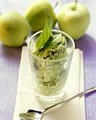 Apfel-Basilikum-Eis im Glasbecher