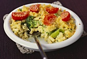 Macaroni cheese with broccoli and tomatoes