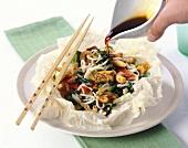 Gedünstes Gemüse mit Nudeln, Tofu und Cashewnüssen