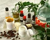 Stillleben mit Salben, ätherische Ölen, Rosenwasser, Kräutern