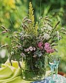 Blühender Wildkräuterstrauss in einer Vase