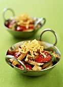 Gebratenes Gemüse mit Putenfleisch und Nudeln im Wok