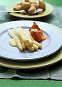 Asparagus with hollandaise sauce and ham