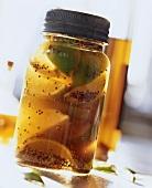 Pikant eingelgete Zitronen und Limetten