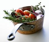Tomaten, Knoblauch und Kräuter in Kasserolle
