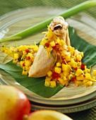 Hähnchenbrust mit Mangochutney auf Bananenblatt