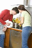 Junges Paar kocht gemeinsam Spaghetti